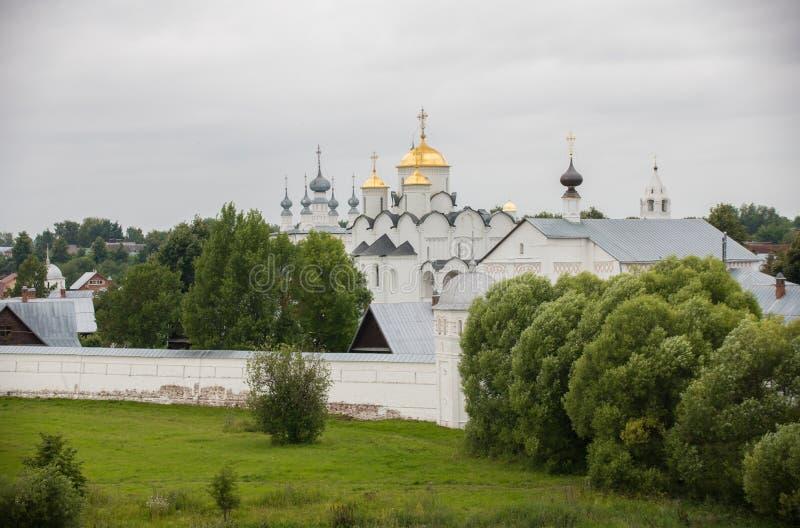 Iglesia cristiana blanca grande en el pueblo - Suzdal, Rusia foto de archivo libre de regalías