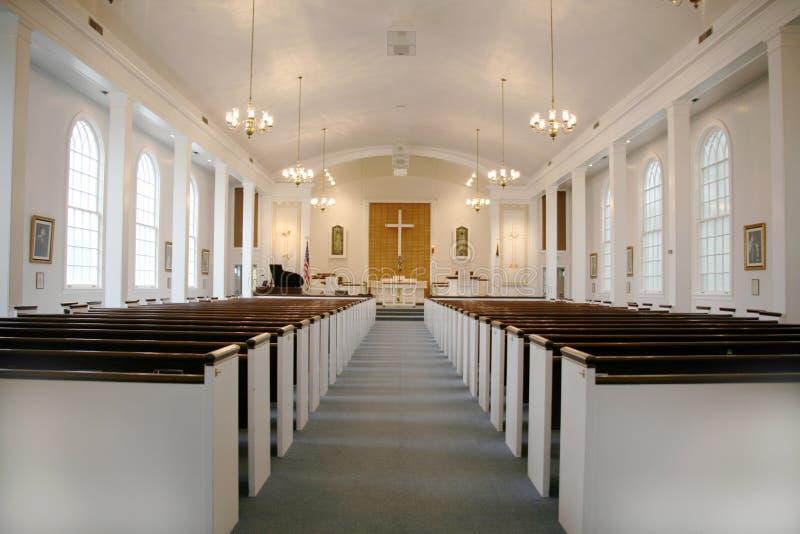 Iglesia cristiana de interior con las luces fotos de archivo