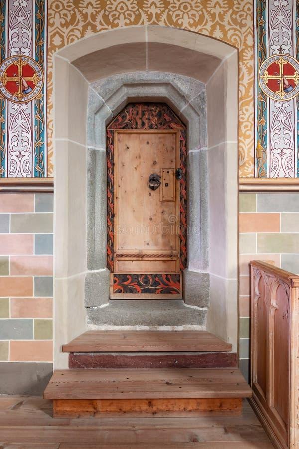Iglesia cristiana del interior, puerta del altar foto de archivo