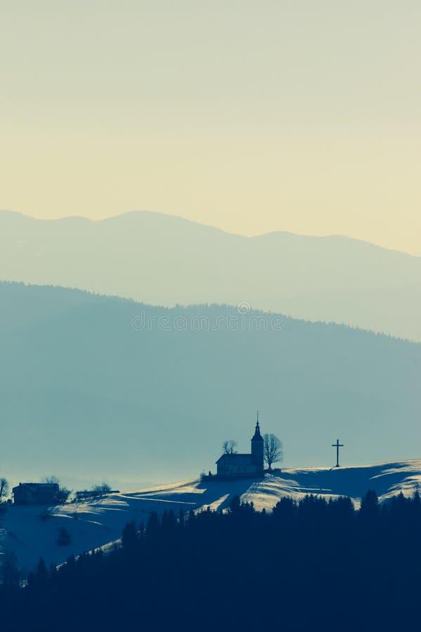 Iglesia cristiana encima de la colina en el tiempo de la puesta del sol imagenes de archivo