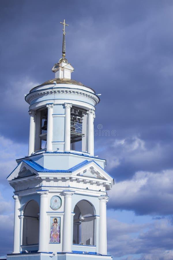 Iglesia cristiana hermosa en el fondo de un cielo nublado azul imagen de archivo libre de regalías