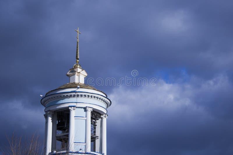 Iglesia cristiana hermosa en el fondo de un cielo nublado azul fotografía de archivo libre de regalías