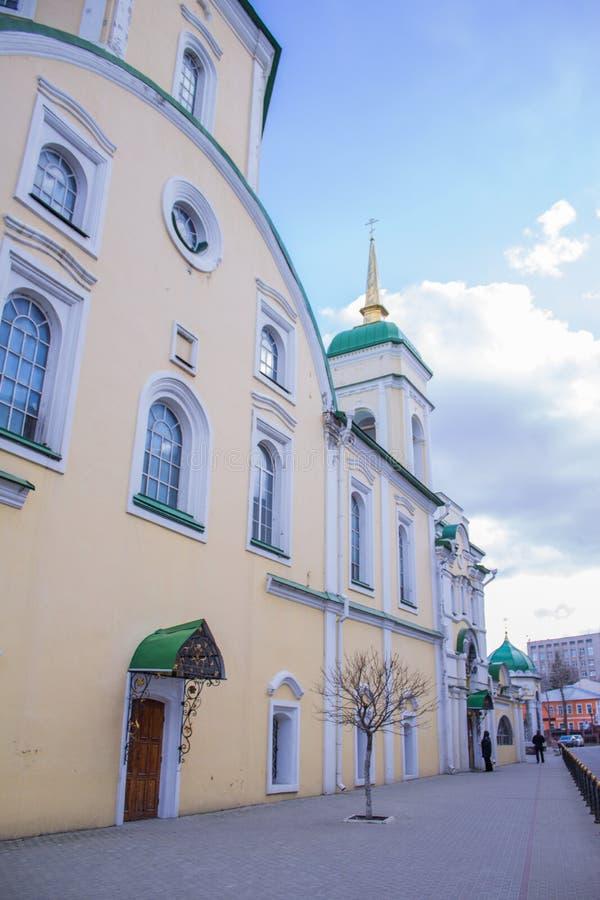 Iglesia cristiana hermosa en el fondo de un cielo nublado azul fotos de archivo