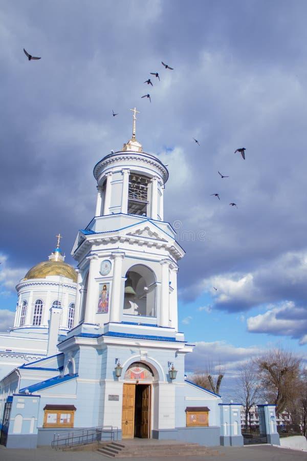 Iglesia cristiana hermosa en el fondo de un cielo nublado azul imágenes de archivo libres de regalías
