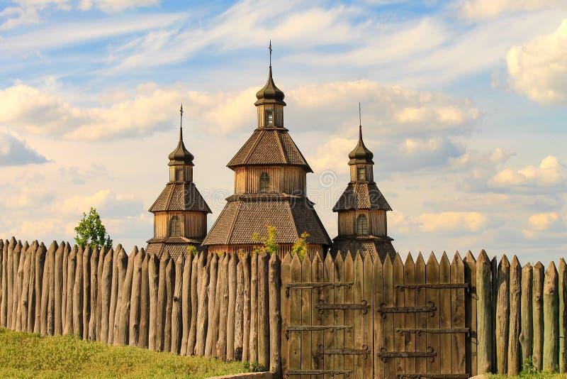 Iglesia cristiana ortodoxa de madera vieja de los cosacos de Zaporizhzhya en la isla de Khortytsya en la ciudad ucraniana de Zapo fotografía de archivo libre de regalías