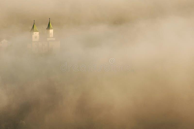 Iglesia cubierta por la niebla en la salida del sol imagen de archivo libre de regalías