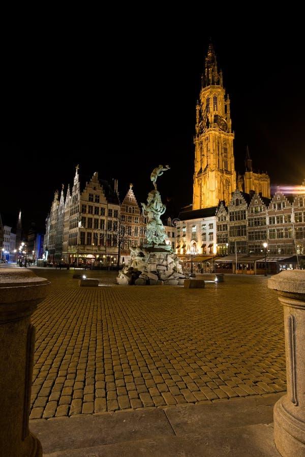 Iglesia de Brabo Onze Lieve de la noche de Grote Markt Amberes foto de archivo