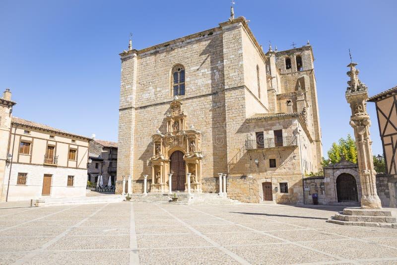 Iglesia de Colegiata de Santa Ana en la plaza principal del alcalde de la plaza en Penaranda de Duero foto de archivo libre de regalías