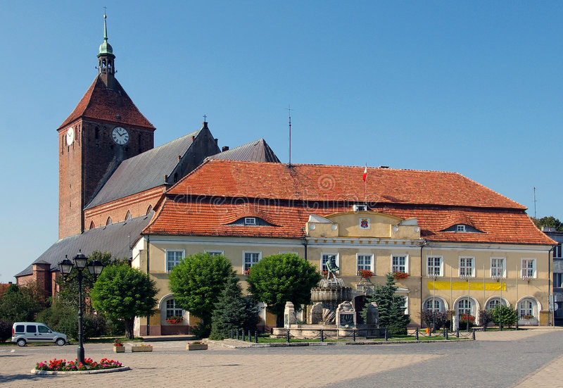 Iglesia de Darlowo y ayuntamiento fotografía de archivo