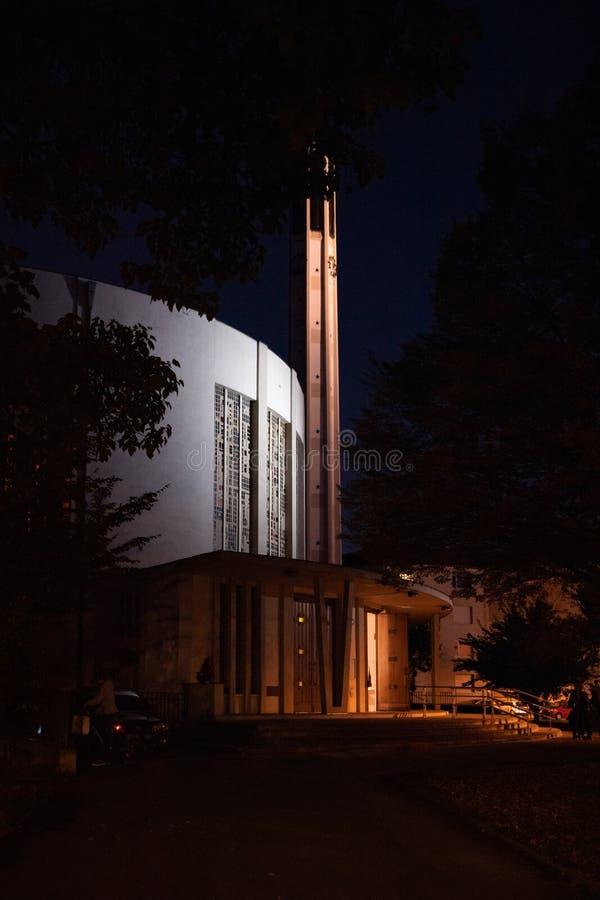Iglesia de Eglise St Bernard en Estrasburgo en la oscuridad imagen de archivo