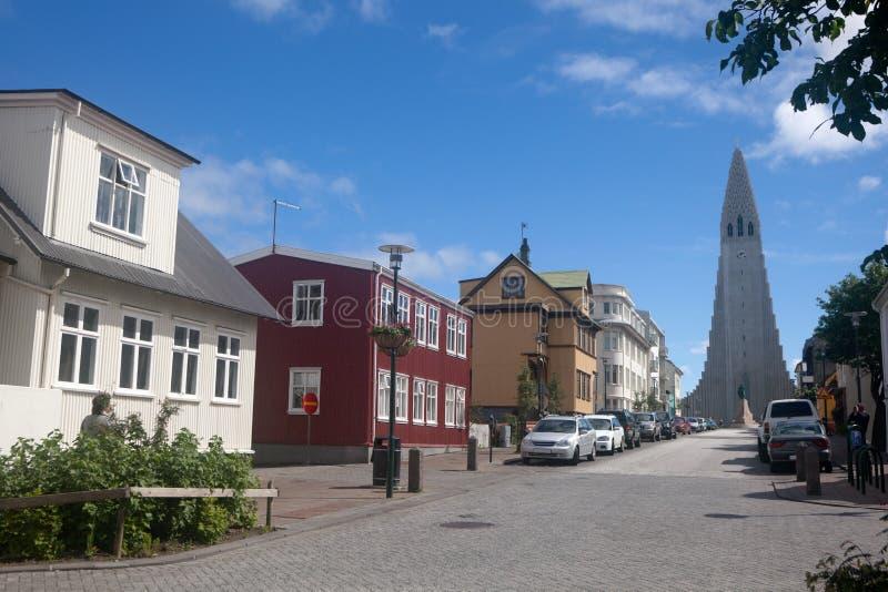 Iglesia de Hallgrimur en el extremo de una calle en Reykjavik imagenes de archivo
