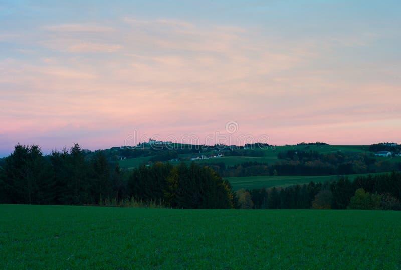 Iglesia de Kollmitzberg en una colina en el amanecer fotos de archivo libres de regalías