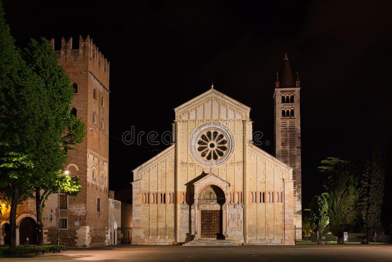 Iglesia de la basílica de San Zeno Maggiore en la noche en Verona foto de archivo