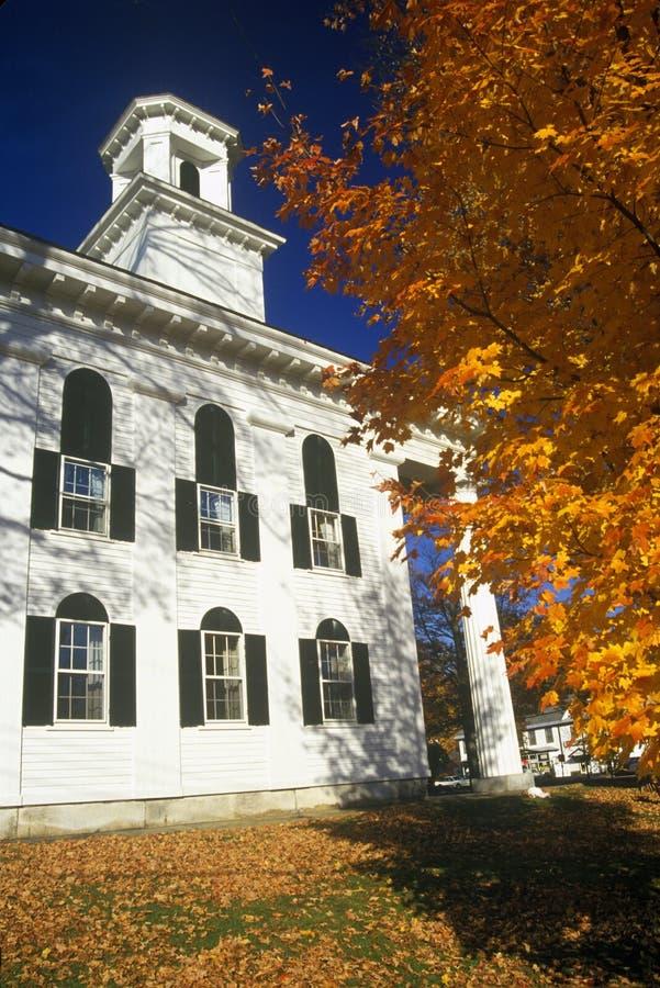 Iglesia de la ciudad en Newfane, VT en otoño fotografía de archivo