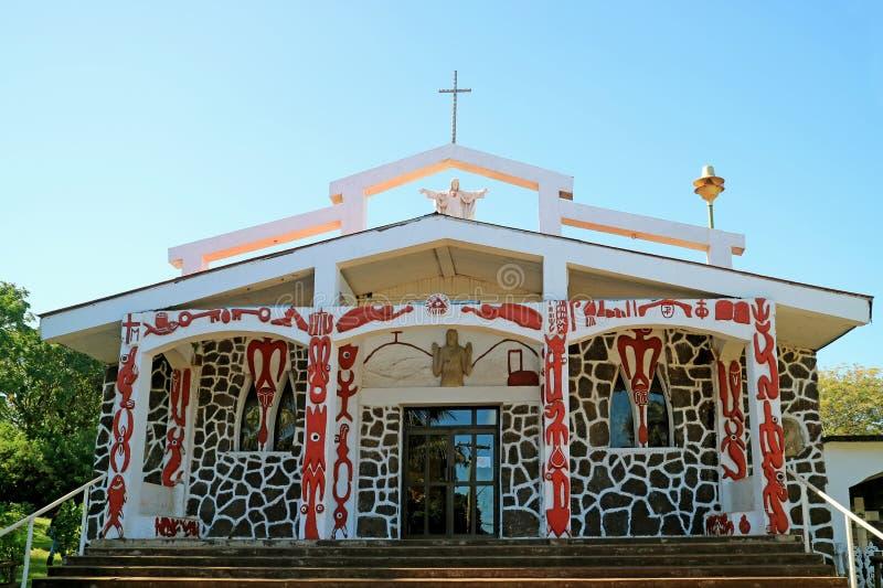 Iglesia de la cruz santa, que la mezcla entre el simbolismo y la mitología católicos de Rapa Nui en la fachada principal, isla de imagenes de archivo