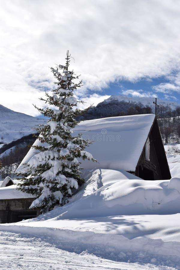 Iglesia de la montaña cubierta con nieve foto de archivo