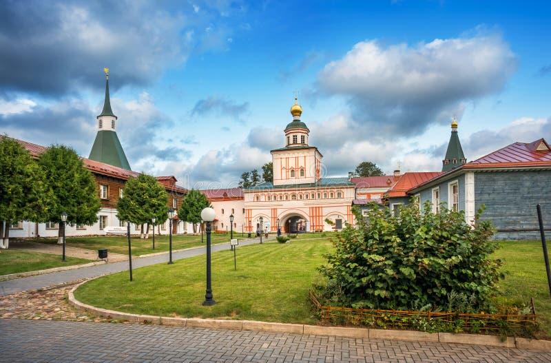 Iglesia de la puerta del monasterio de Iversky foto de archivo