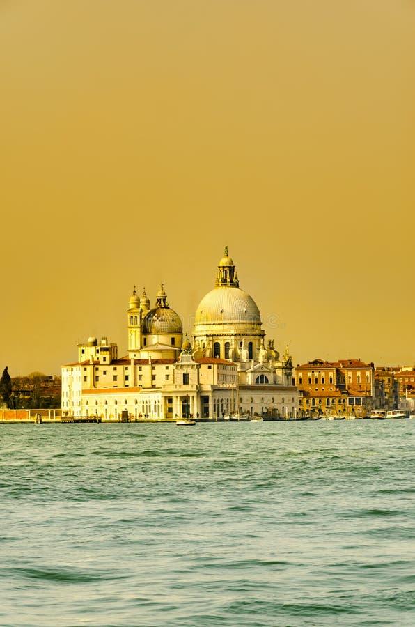 Iglesia de la salud en crepúsculo de la oscuridad en el Gran Canal Venecia Italia fotografía de archivo