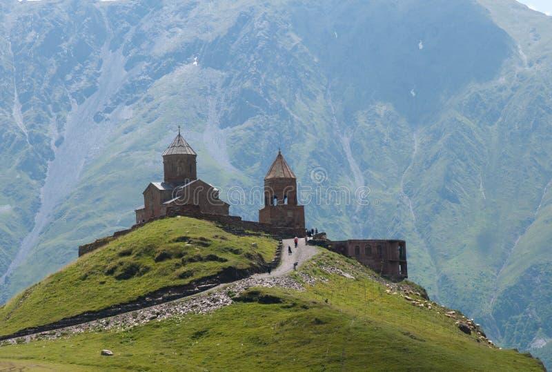 Iglesia de la trinidad de Gergeti - Kazbegi imagenes de archivo