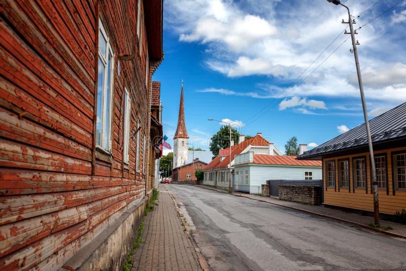 Iglesia de la trinidad del St y ciudad vieja de Rakvere, Estonia Summe verde fotografía de archivo