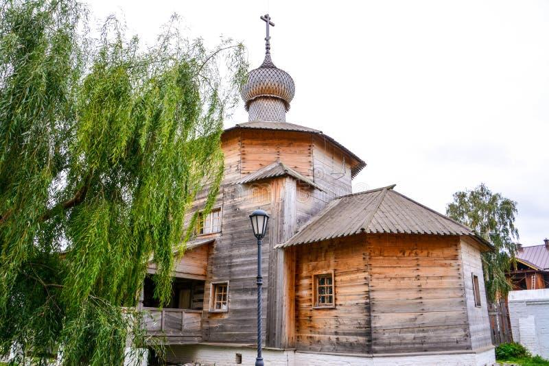 Iglesia de la trinidad de madera 1551 Sviyazhsk es un lugar rural en la República de Tartaristán, Rusia, situada en confluen foto de archivo