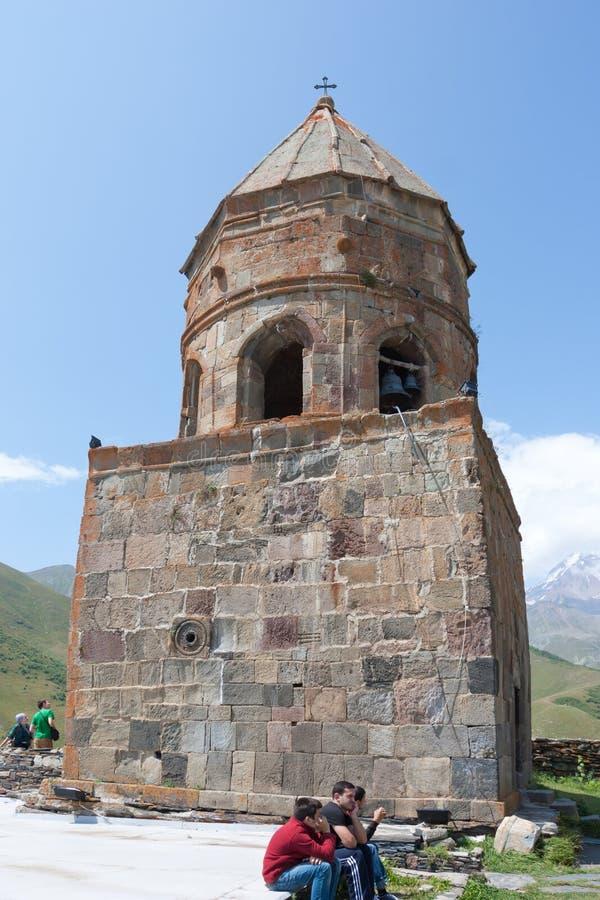 Iglesia de la trinidad santa de Tsminda Sameba- cerca del pueblo de Kazbegi-Gergeti imagen de archivo libre de regalías