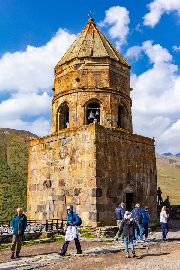 Iglesia de la trinidad Tsminda Sameba, iglesia de la trinidad santa de Gergeti cerca del pueblo de Gergeti en Georgia, debajo del imagen de archivo