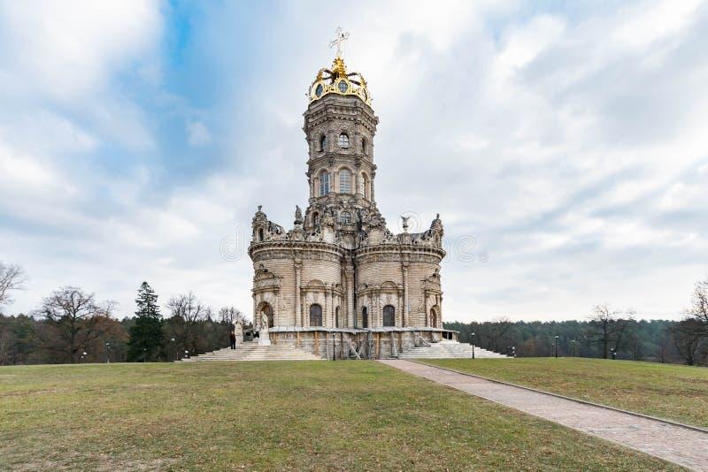 Iglesia de la Virgen Santa de la muestra en Dubrovitsy imagenes de archivo