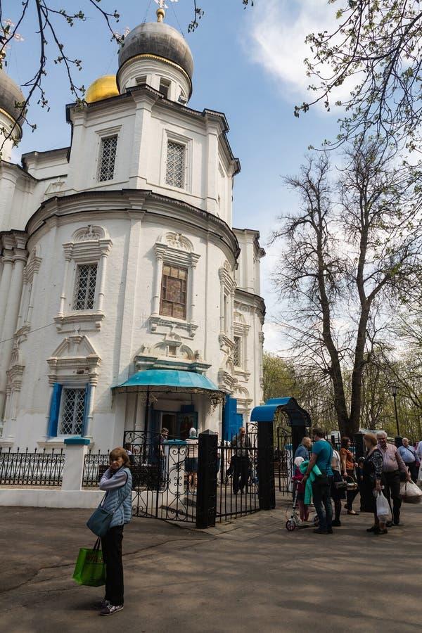 Iglesia de la visita de los moscovitas la víspera de un día de fiesta religioso de Pascua ortodoxa imagen de archivo libre de regalías