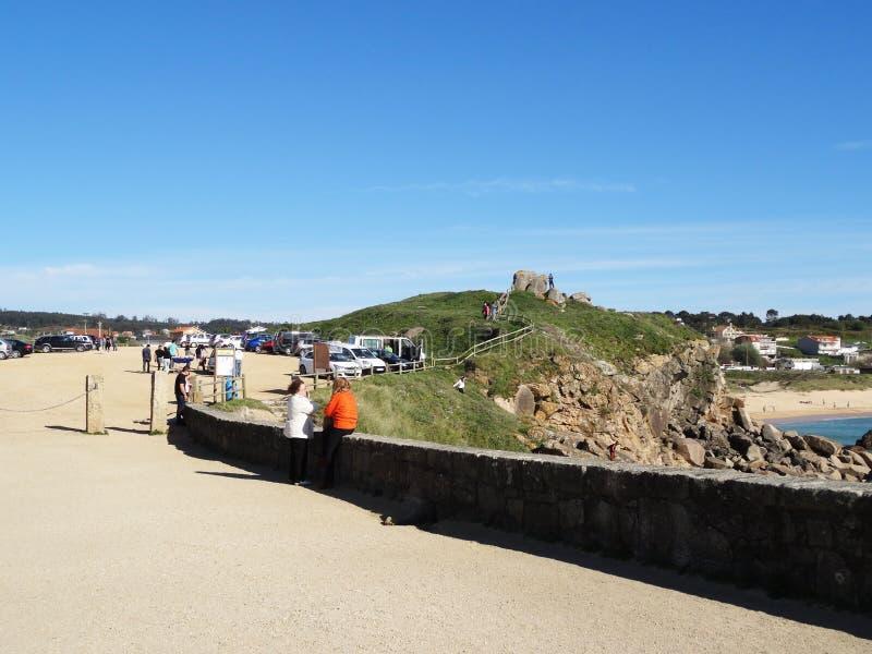 Iglesia de Lanzada de los turistas - costa del norte España fotos de archivo