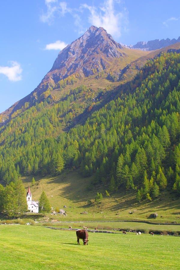 Iglesia de las montañas imagenes de archivo