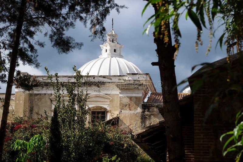 Iglesia de las plantas a través vistas torre de San Fransisco el Grande del jardín, Antigua, Guatemala imagen de archivo