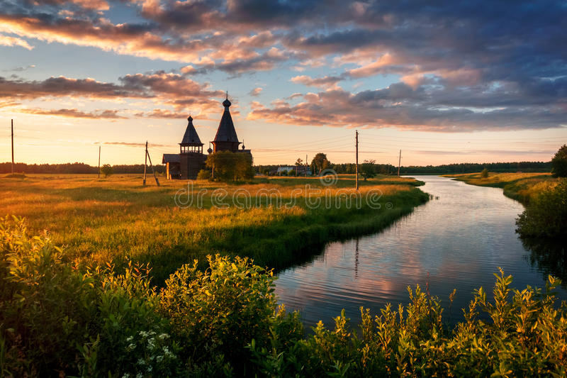 Iglesia de madera antigua en el pueblo de Saunino cerca de Kargopol en la salida del sol, Rusia imagen de archivo
