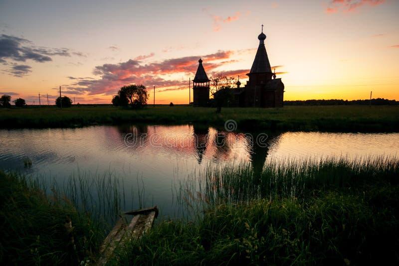 Iglesia de madera antigua en el pueblo de Saunino cerca de Kargopol en la salida del sol, Rusia imágenes de archivo libres de regalías