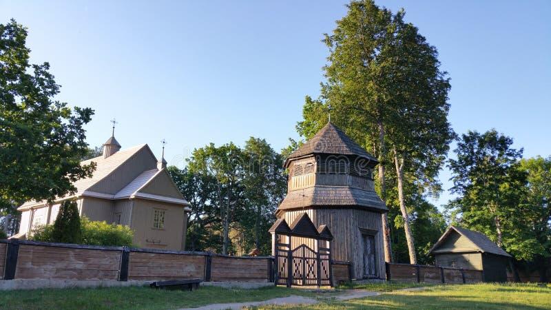 Iglesia de madera de Paluse en el parque nacional de Aukstaitija en Lituania foto de archivo libre de regalías