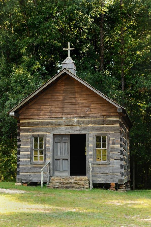 Iglesia de madera en campo fotografía de archivo libre de regalías
