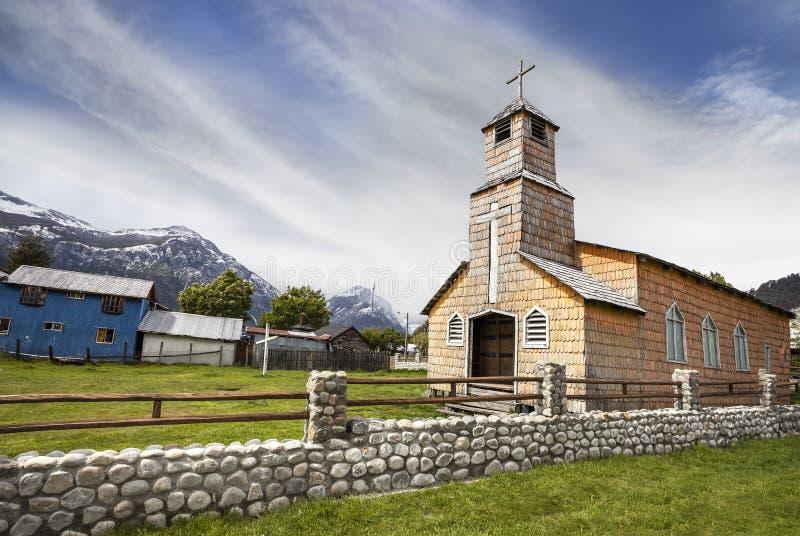 Iglesia de madera en campo chileno foto de archivo