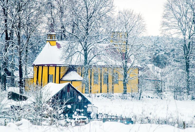 Iglesia de madera en campo lituano fotografía de archivo