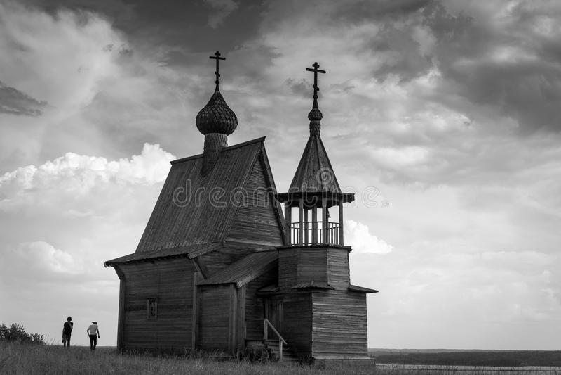 Iglesia de madera en el top de la colina Opinión de la puesta del sol del pueblo de Vershinino Región de Arkhangelsk, Rusia septe foto de archivo libre de regalías