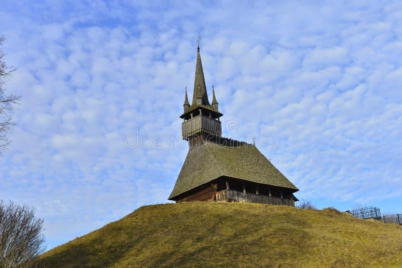 Iglesia de madera encima de la colina y del cielo azul imagen de archivo libre de regalías