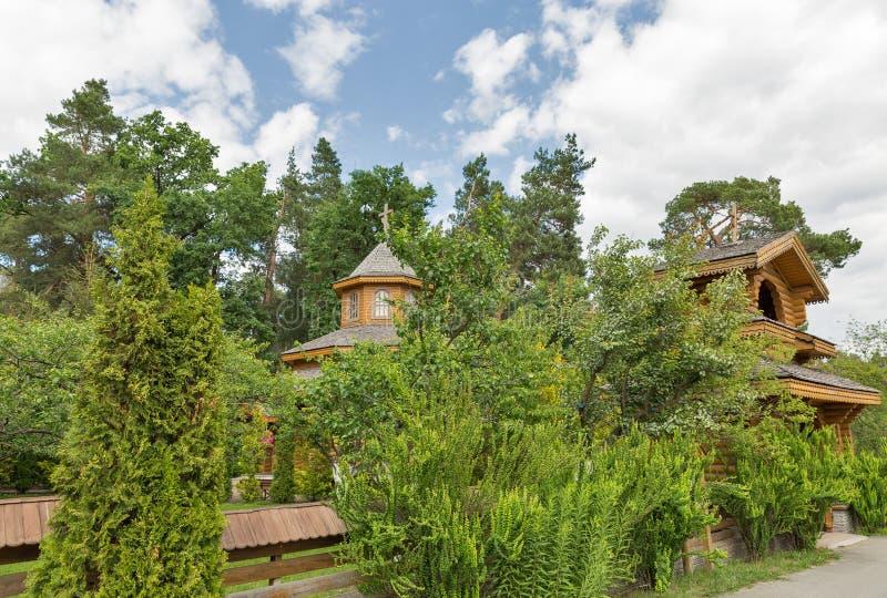 Iglesia de madera tradicional ucraniana en el jardín imagen de archivo libre de regalías