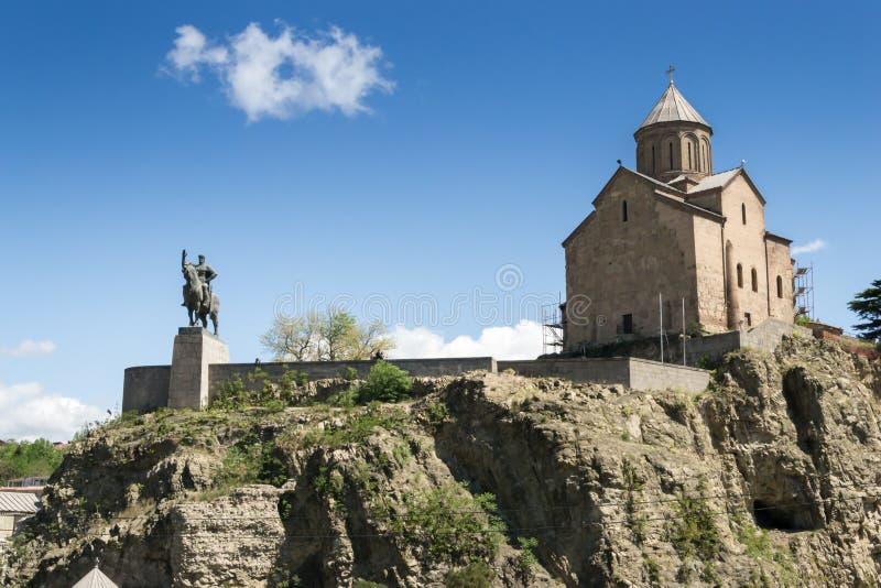Iglesia de Mary Metekhi de la Virgen y el monumento a rey Vakhtang imagenes de archivo