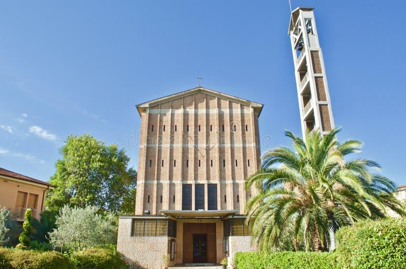 Iglesia de Michelucci del santo Mary La Vergine con el jardín en Pistóia, Toscana Italia imagen de archivo