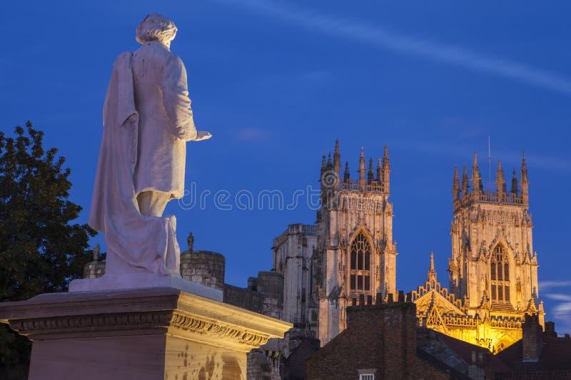 Iglesia de monasterio de William Etty Statue y de York en la oscuridad fotos de archivo