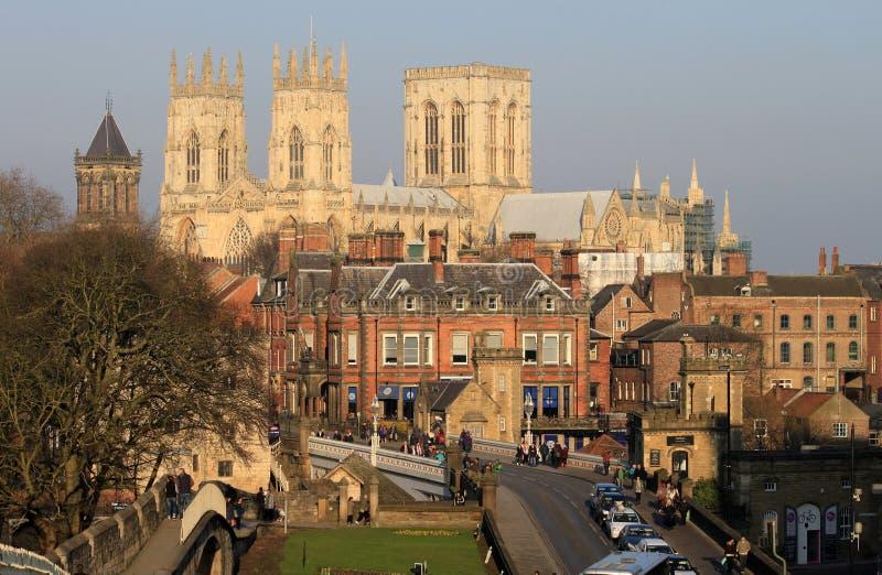 Iglesia de monasterio de York vista de las paredes de la ciudad foto de archivo