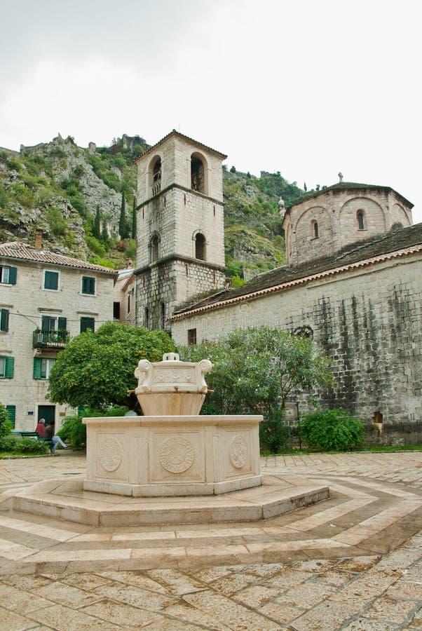 Iglesia de Montenegro Kotor, fuente en el centro una de la ciudad vieja foto de archivo libre de regalías