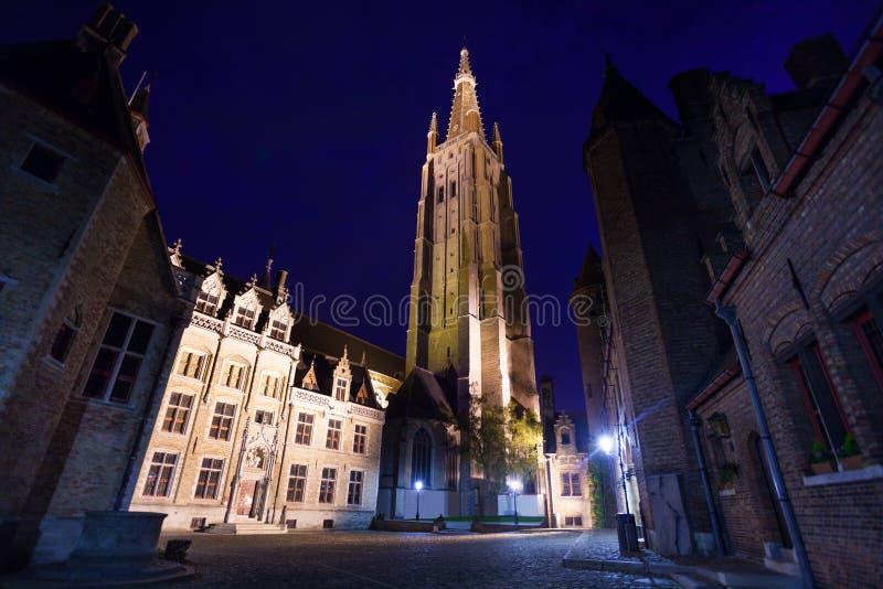 Iglesia de nuestra señora Bruges del camino del guijarro foto de archivo