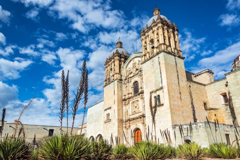 Iglesia de Oaxaca y cielo hermoso imagenes de archivo