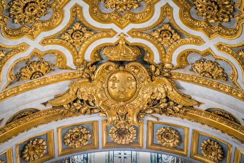 Iglesia de oro del escudo de armas de Francia del Saint Louis del francés en Roma, Italia foto de archivo libre de regalías