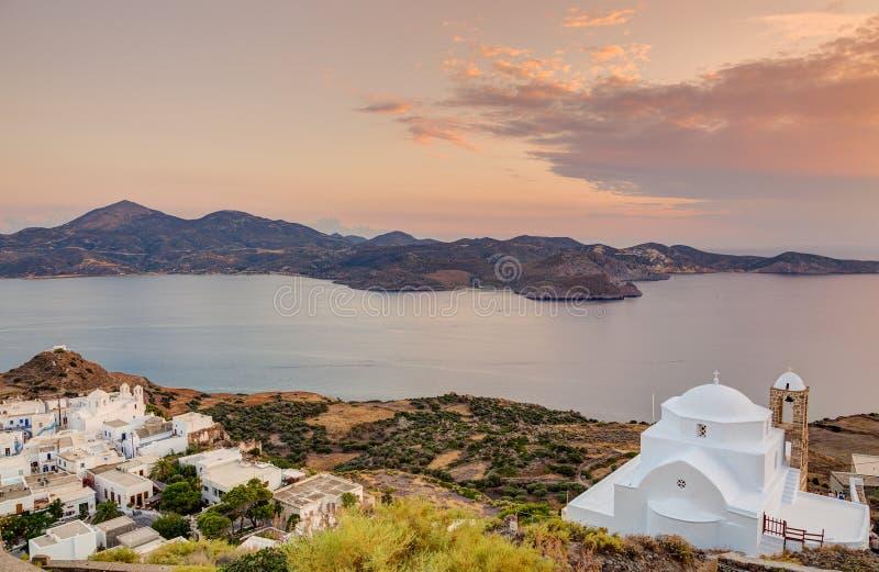Iglesia de Panagia Thalassitra y pueblo en la puesta del sol, Milos isla, Cícladas, Grecia de Plaka foto de archivo